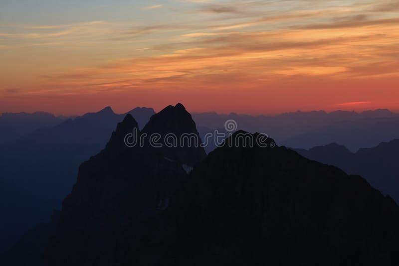 Puesta del sol colorida en las montañas suizas, visión desde el soporte Titlis fotos de archivo libres de regalías