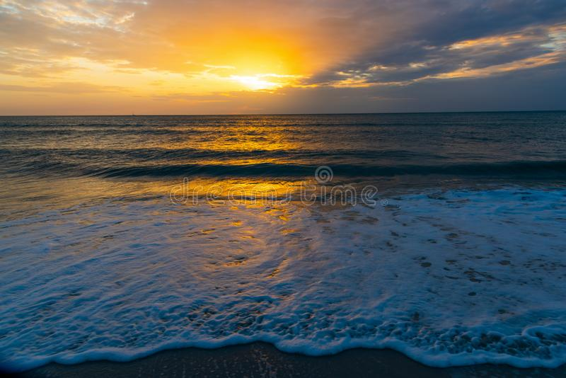 Puesta del sol colorida en orilla de la playa de Nápoles imagenes de archivo