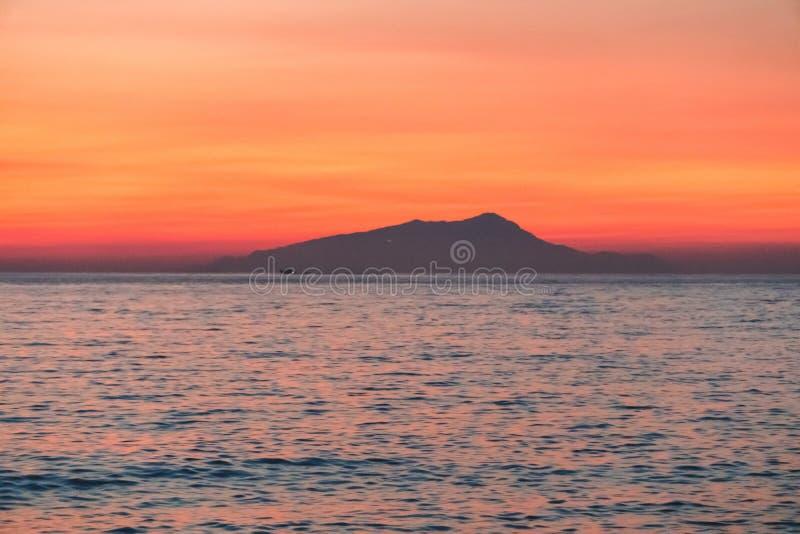 Puesta del sol colorida hermosa en el sol del mar que brilla Visi?n panor?mica Fondo natural del viaje del aire libre del mundo d fotografía de archivo libre de regalías