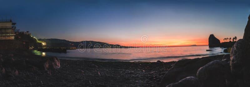 Puesta del sol colorida hermosa en el sol del mar que brilla Visi?n panor?mica Fondo natural del viaje del aire libre del mundo d fotografía de archivo