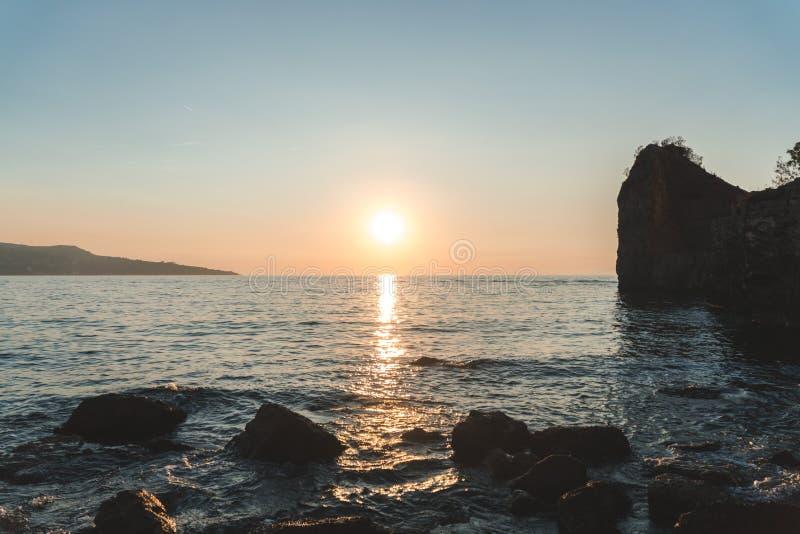 Puesta del sol colorida hermosa en el sol del mar que brilla Visi?n panor?mica Fondo natural del viaje del aire libre del mundo d imagen de archivo