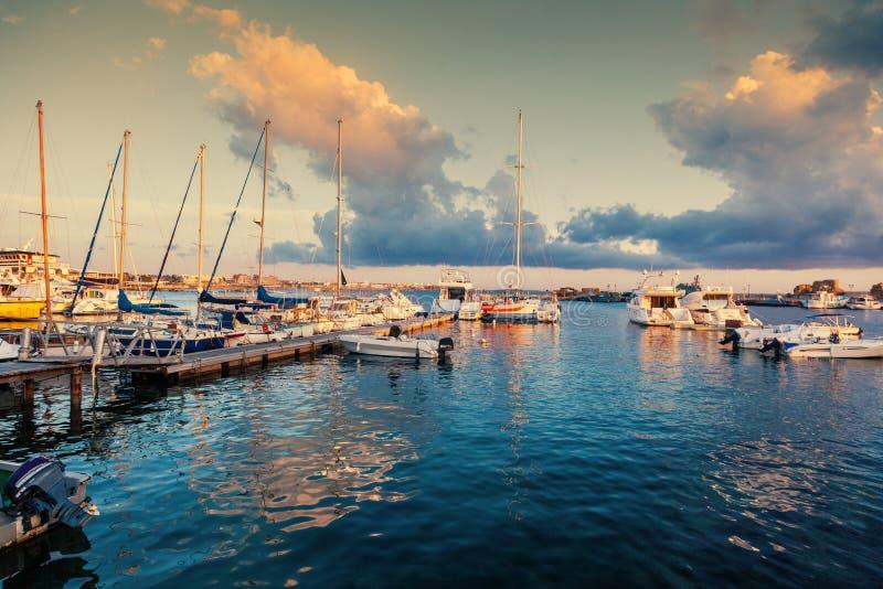 Puesta del sol colorida hermosa en el puerto con los barcos, Paphos, Cypr imagen de archivo