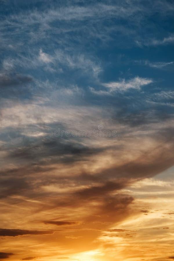 Puesta del sol colorida hermosa, hecha del alto tejado fotos de archivo
