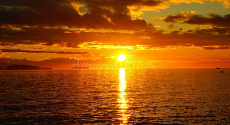 Puesta del sol colorida hermosa increíble sobre el Océano Pacífico imagen de archivo libre de regalías