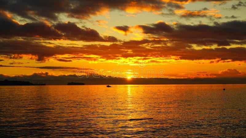 Puesta del sol colorida hermosa increíble sobre el Océano Pacífico imágenes de archivo libres de regalías