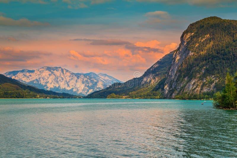 Puesta del sol colorida imponente con el lago Mondsee en Austria septentrional, Europa imagenes de archivo