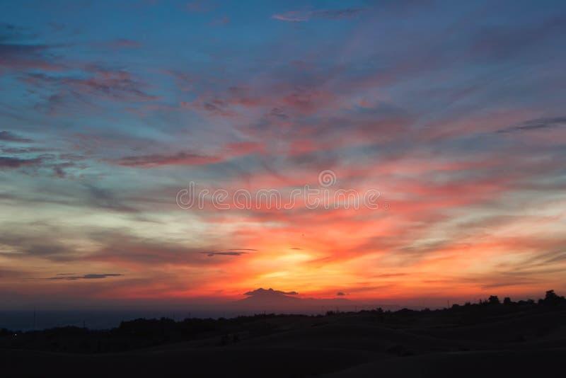 Puesta del sol colorida maravillosa fotos de archivo