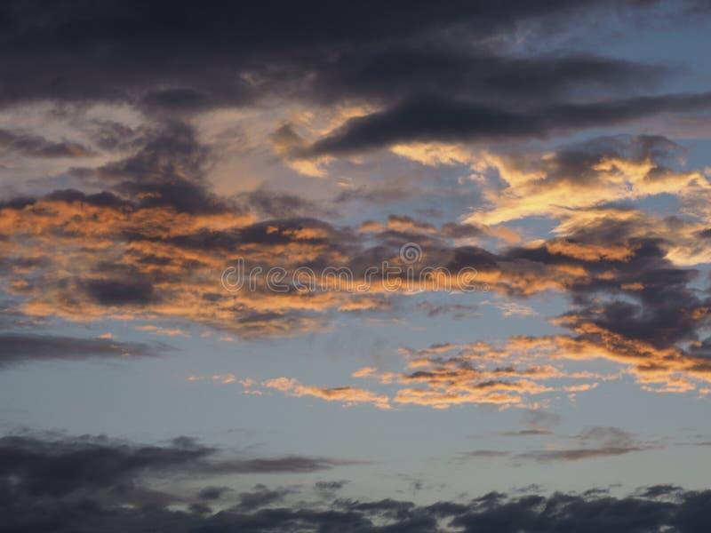 Puesta del sol colorida reflejada en las nubes fotografía de archivo libre de regalías