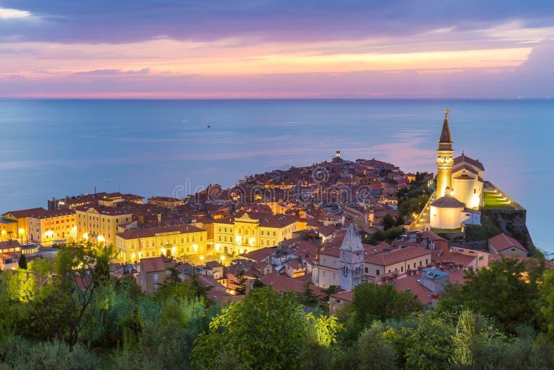 Puesta del sol colorida romántica sobre la ciudad vieja pintoresca Piran, Eslovenia foto de archivo libre de regalías