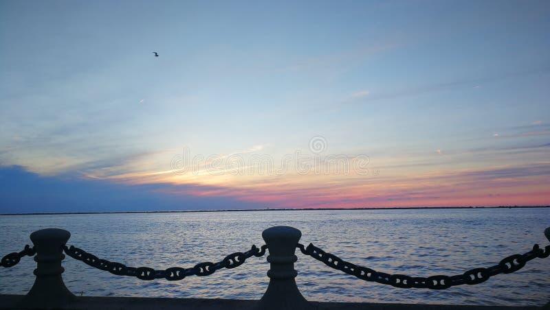 Puesta del sol colorida sobre el lago tranquilo del embarcadero imagen de archivo libre de regalías