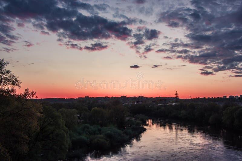 Puesta del sol colorida sobre el río Dnieper imagenes de archivo
