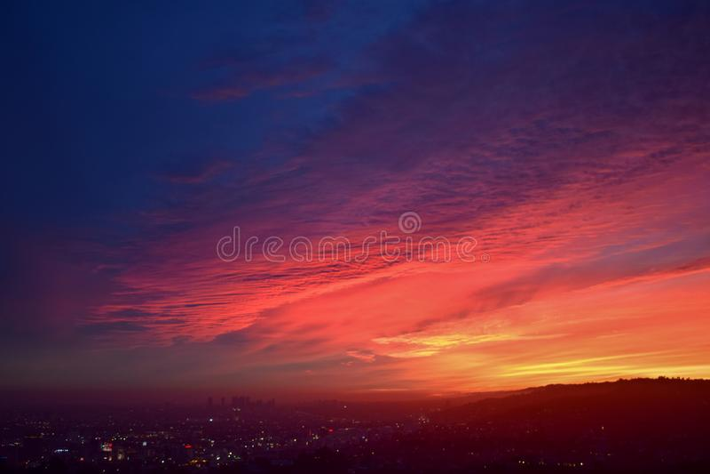 Puesta del sol colorida sobre Los Angeles y Hollywood Hills foto de archivo libre de regalías