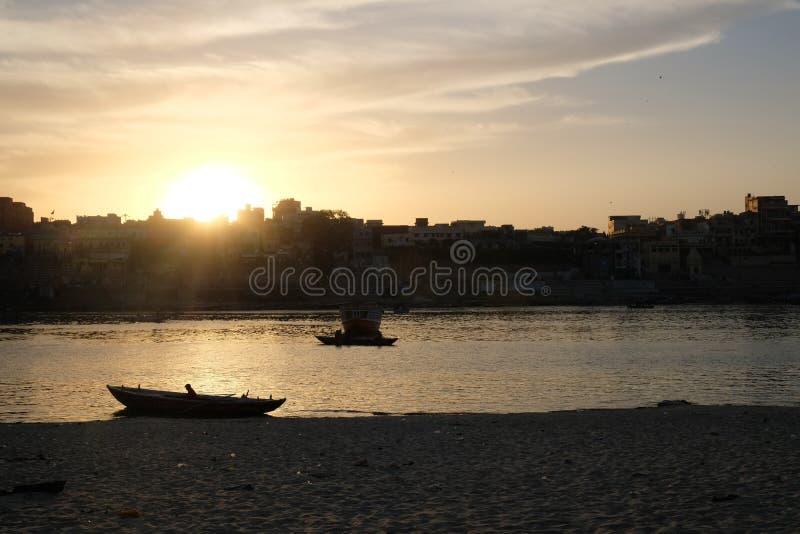 Puesta del sol colorida y preciosa en Varanasi, la India imagen de archivo
