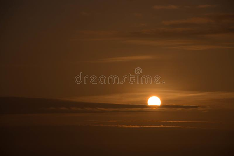 Puesta del sol con el cielo anaranjado oscuro imagen de archivo libre de regalías