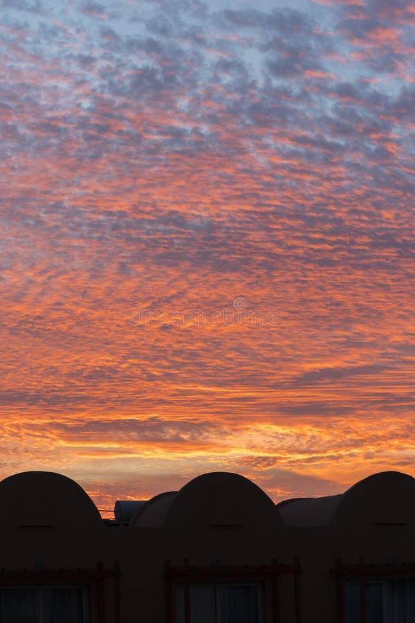 Puesta del sol con el cielo anaranjado Cielo anaranjado y amarillo vibrante brillante caliente de la puesta del sol de los colore foto de archivo