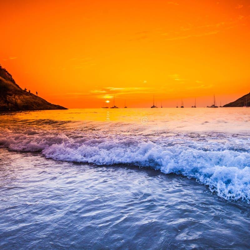 Puesta del sol con el cielo dramático sobre el mar en Tailandia fotografía de archivo