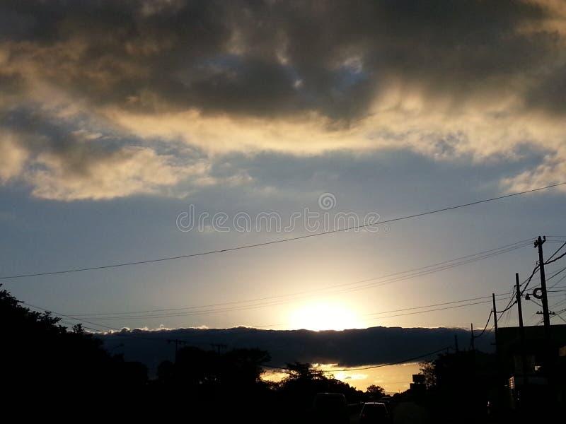 Puesta del sol con el cielo nublado fotos de archivo libres de regalías