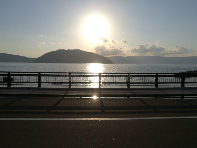Puesta del sol con el lago y la montaña fotografía de archivo libre de regalías