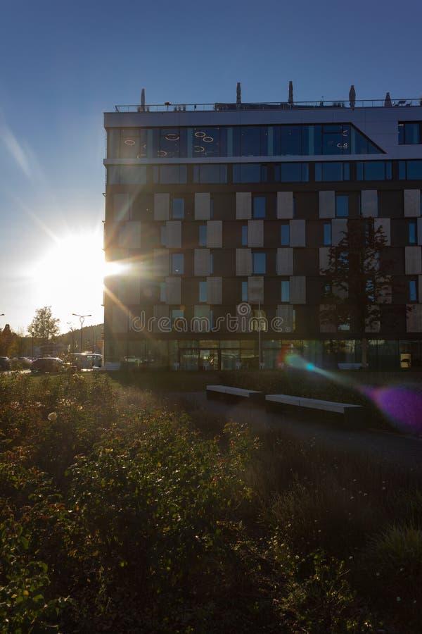 puesta del sol con horizonte de la ciudad de los haces del sol foto de archivo libre de regalías