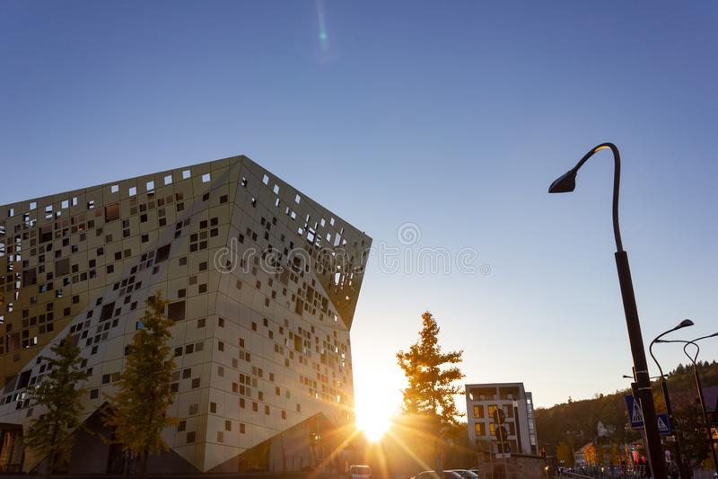 puesta del sol con horizonte de la ciudad de los haces del sol imagen de archivo libre de regalías