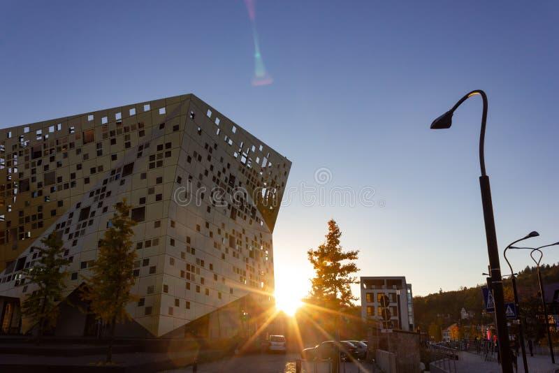 puesta del sol con horizonte de la ciudad de los haces del sol imágenes de archivo libres de regalías