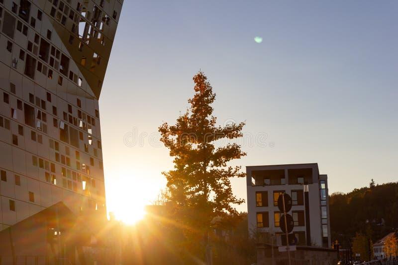 puesta del sol con horizonte de la ciudad de los haces del sol fotografía de archivo libre de regalías