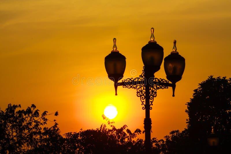 Download Puesta Del Sol Con La Iluminación Foto de archivo - Imagen de hermoso, jardín: 42439852