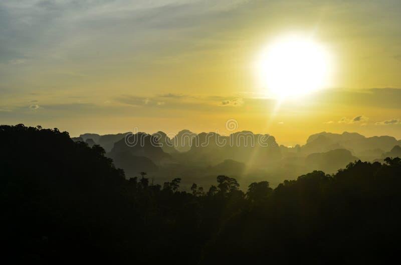 Puesta del sol con la montaña de la silueta fotos de archivo libres de regalías