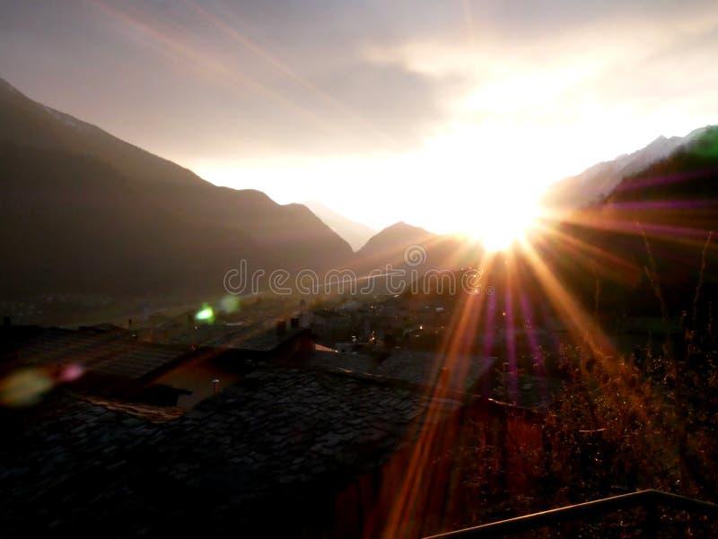 Puesta del sol con la reflexión imagenes de archivo