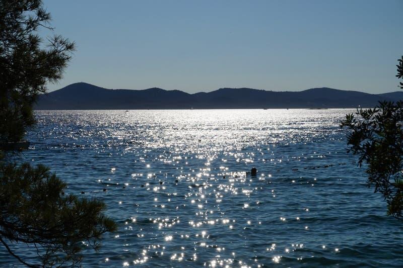 Puesta del sol con la visión hacia fuera al mar en Croacia fotos de archivo libres de regalías