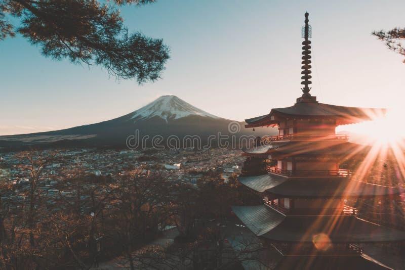 Puesta del sol con la vista del monte Fuji imagen de archivo