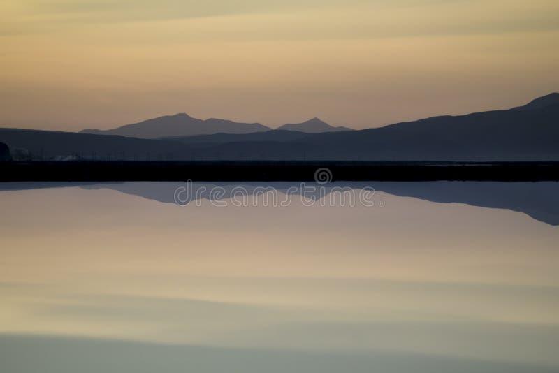 Puesta del sol con las montañas imagen de archivo