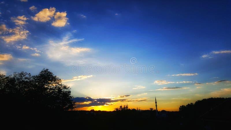 Puesta del sol con las nubes fotografía de archivo
