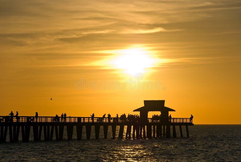 Puesta del sol con las nubes dramáticas en Nápoles, la Florida imagen de archivo