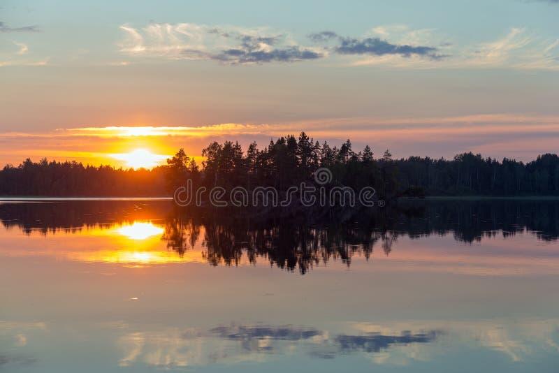 Puesta del sol con las nubes y las reflexiones foto de archivo libre de regalías