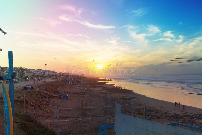 Puesta del sol con los pájaros en Casablanca Marruecos foto de archivo