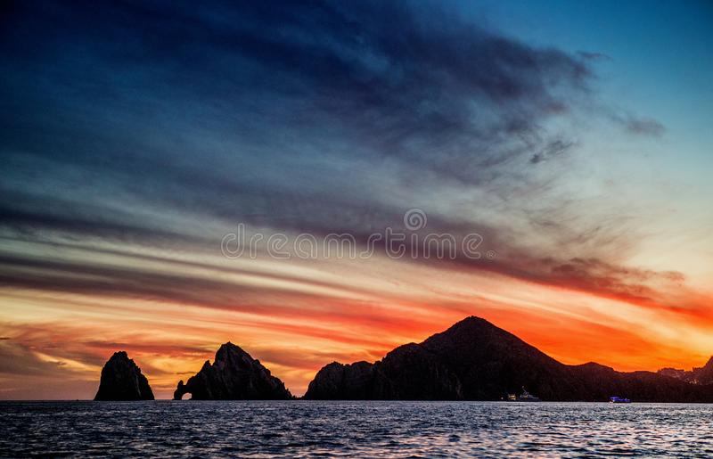 Puesta del sol con un cielo hermoso imponente sobre la ciudad de Cabo San Lucas méxico Mar de Cortez imágenes de archivo libres de regalías