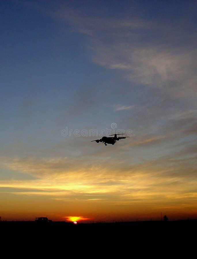 Puesta Del Sol Contra El Aeroplano Imágenes de archivo libres de regalías