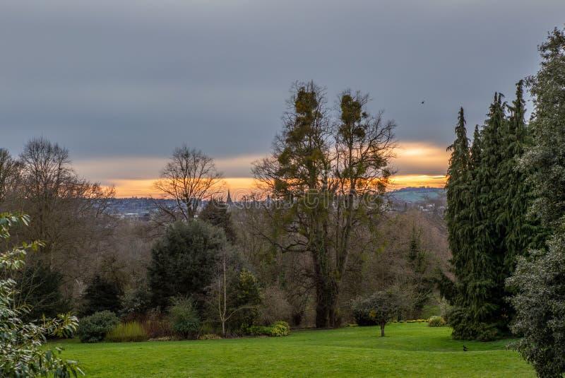 Puesta del sol contra el horizonte de la ciudad de Oxford imagenes de archivo