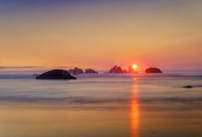 Puesta del sol, costa de Oregon, Océano Pacífico imágenes de archivo libres de regalías