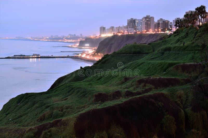 Puesta del sol, costa costa y Océano Pacífico en el sur de Lima imagen de archivo libre de regalías