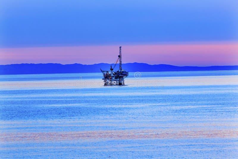 Puesta del sol costera California del Océano Pacífico del pozo de petróleo de Eilwood imagen de archivo