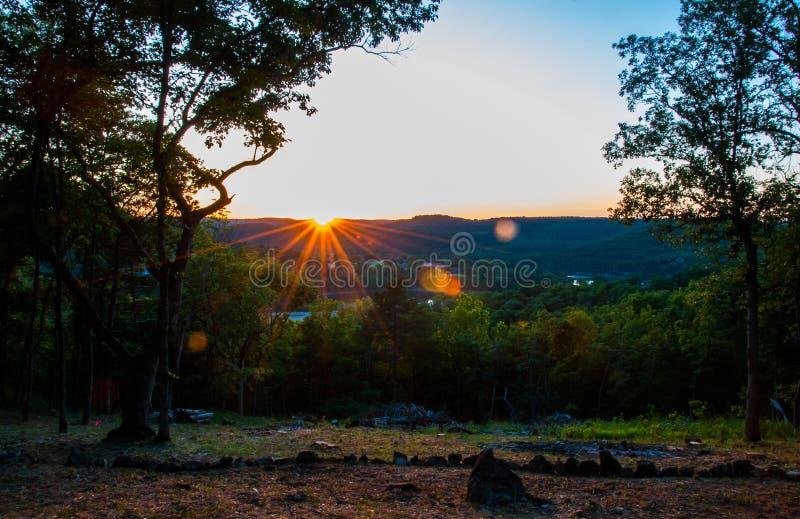 Puesta del sol de Arkansas sobre Eureka Springs imagen de archivo
