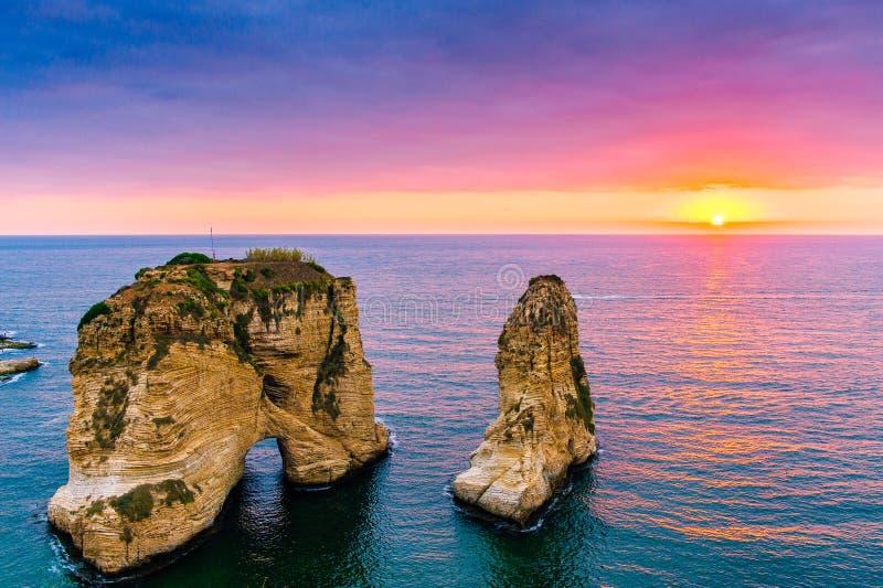 Puesta del sol de Beirut en rocas del raouche foto de archivo