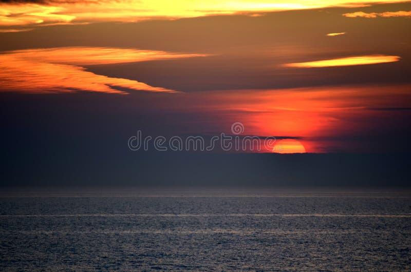 Puesta del sol de Colorfull sobre el Mar del Norte imagenes de archivo