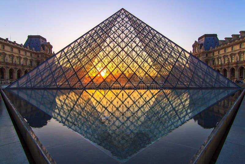 Puesta del sol de cristal de la pirámide fotografía de archivo