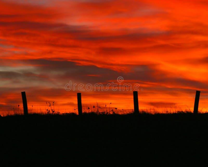 Puesta del sol de Fencepost en enero imagenes de archivo