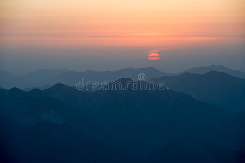 Puesta del sol de Huangshan del montaje fotos de archivo libres de regalías