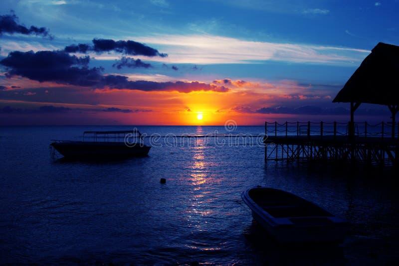 Puesta del sol de Isla Mauricio imagenes de archivo