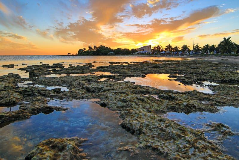 Puesta del sol de Key West - llaves de la Florida - reflexiones en piscinas de la marea imagen de archivo